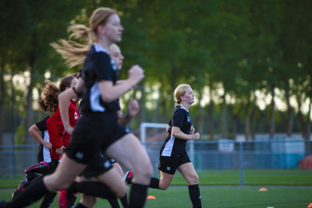 Meer focus op meidenvoetbal
